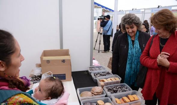 Atractivos productos ofrece feria de artesanías inaugurada por alcaldesa Virginia Reginato, dedicada al Día de la madre