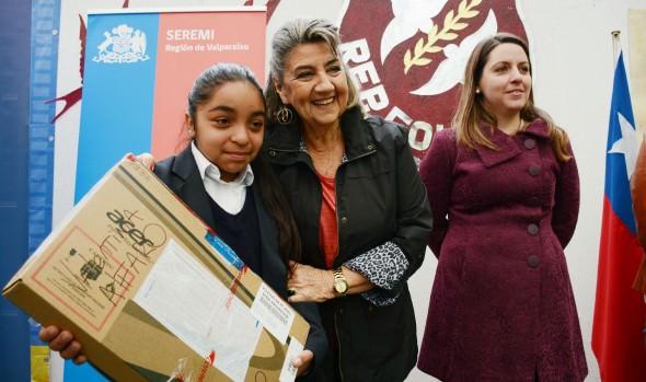 707 computadores a escolares viñamarinos entregaron alcaldesa Virginia Reginato, Seremi de educacion y director de Junaeb