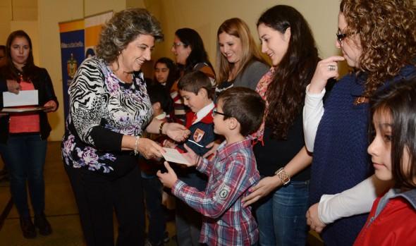 171 jóvenes estudiantes recibieron estímulos por  su rendimiento académico de parte de alcaldesa Virginia Reginato
