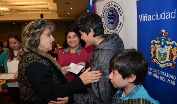 Hijos de socios de trabajadores de la educación recibieron beca académica de parte de alcaldesa Virginia Reginato