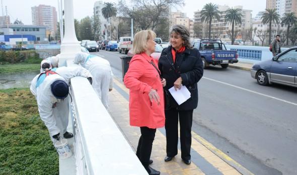 Pintado de puentes sobre el estero fue inspeccionado por alcaldesa Virginia Reginato