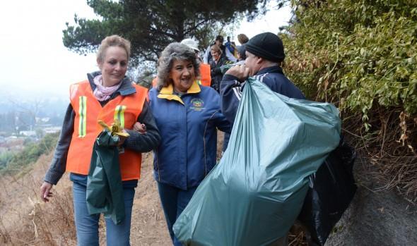 Inciativa de vecinos de Jardín del Mar de limpiar terreno por iniciativa propia fue valorado por alcaldesa Virginia Reginato