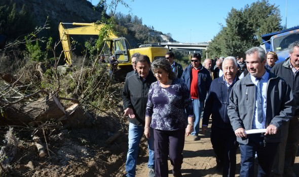 Intenso trabajo para extraer vegetación del estero ejecuta Municipalidad de Viña del Mar