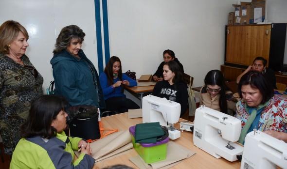 Viñamarinas podrán fortalecer su emprendimiento con nuevas máquinas de coser entregadas por alcaldesa Virginia Reginato