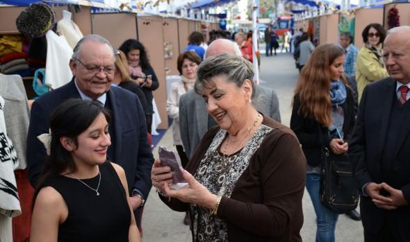 Emprendedores muestran novedosos productos artesanales de invierno en feria inaugurada por alcaldesa Virginia Reginato
