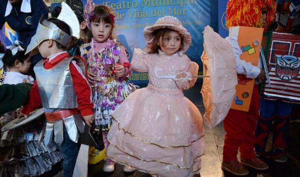 Singular desfile de moda con materiales reciclados realizaron párvulos de Viña del Mar