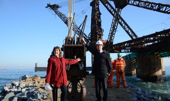Proceso de retiro de grúa del Muelle Vergara fue encabezado por alcaldesa Virginia Reginato y Ministro de OOPP