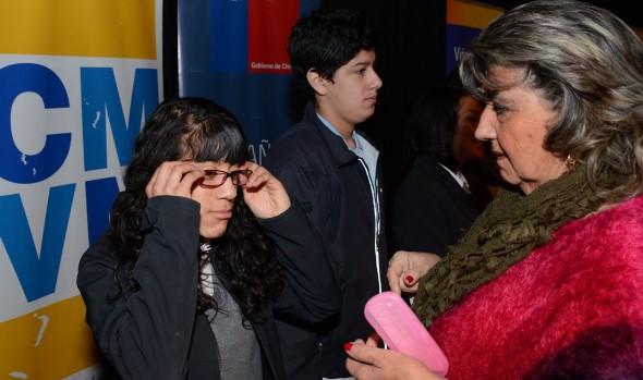 Más de 200 escolares de Viña del Mar recibieron lentes ópticos de la JUNAEB y alcaldesa Virginia Reginato