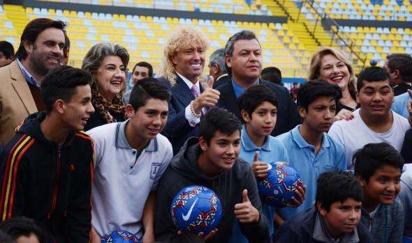 Menores pertenecientes a las escuelas de fútbol municipales de Viña del Mar recibieron  regalo de Leonardo Farkas