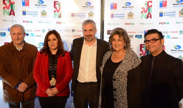 """""""El Patrón: radiografía de un crimen"""" recibió el Gran Paoa de parte de alcaldesa Virginia Reginato en FIC Viña 2015"""