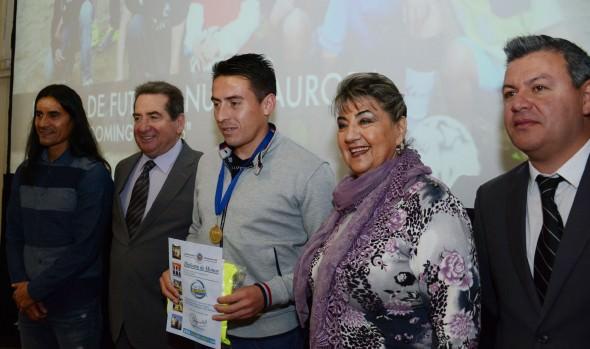 Ex integrantes de las escuelas de fútbol municipales de Viña del Mar reciben distinción