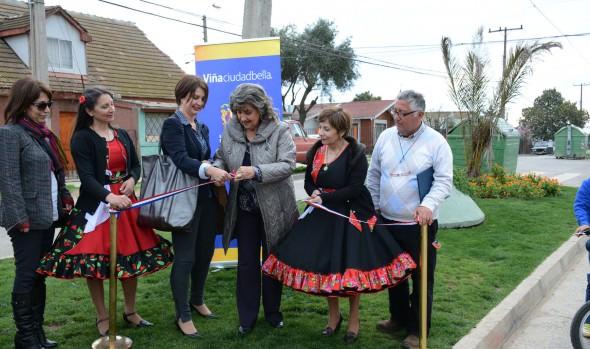 Jardines en calles de Achupallas que cambiaron el rostro al barrio fueron entregados por alcaldesa Virginia Reginato