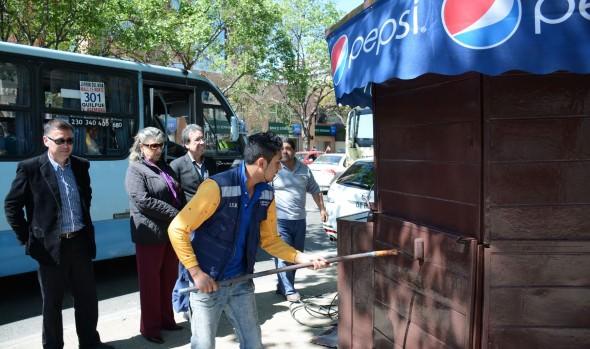 Municipio de Viña del Mar ejecuta intenso operativo de limpieza de kioscos y paraderos de taxis