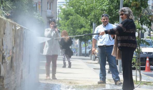 Municipio viñamarino retira afiches y publicidad pegada en espacios públicos de la comuna