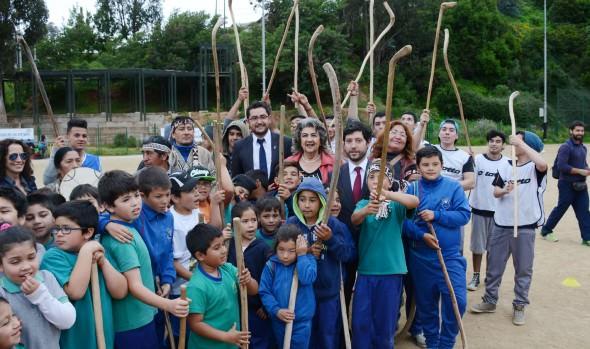 Taller de autóctono deporte del palín para alumnos de establecimientos educacionales municipales fue visitado por alcladesa Virginia Reginato