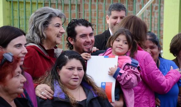 Familias de Reñaca Alto sur recibieron títulos de dominio de sus terrenos de parte de la alcaldesa Virginiaa Reginato