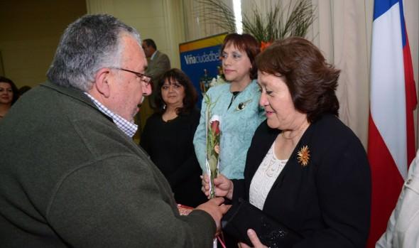 Profesores de planteles municipales viñamarinos recibieron reconocimiento por años de servicio de parte de alcaldesa Virginia Reginato