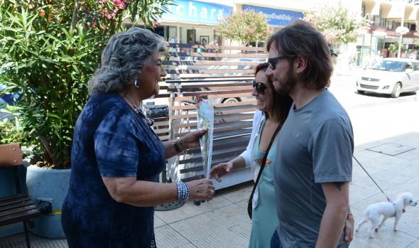 Saludando a transeúntes en Viña del Mar, alcaldesa Virginia Reginato adelantó el día del amor,