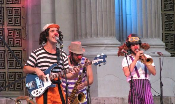Multitudinaria asistencia de público registró concierto de La Ciscu Margaret en el frontis del Teatro Municipal