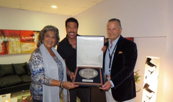 Alcaldesa Virginia Reginato entregó escudo de Viña del Mar a Lionel Richie