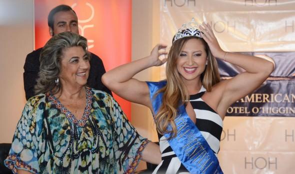 """Nicole """"Luli"""" Moreno, fue coronada como nueva reina del Festival de Viña del Mar por alcaldesa Virginia Reginato"""