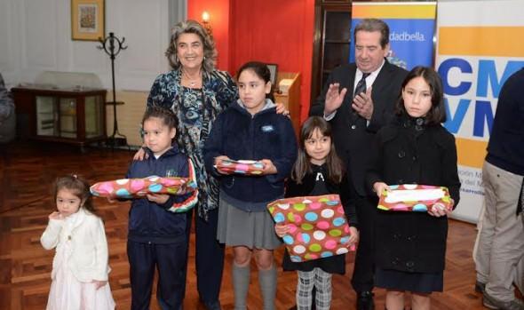 Hijos de funcionarios del Cementerio Santa Inés reciben incentivo académico de parte de alcaldesa Virginia Reginato