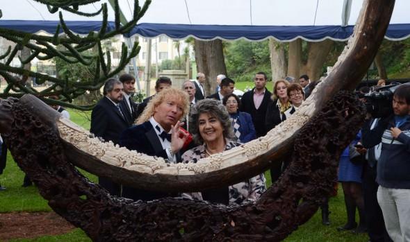 Piano y colmillo de mamut tallado donado por Leonardo Farkas recibió alcaldesa Virginia Reginato a nombre de Viña del Mar