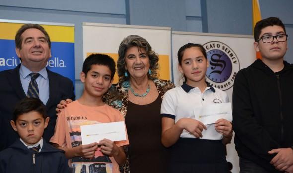 Hijos de trabajadores de la educación de Viña del Mar recibieron estímulos académicos de parte de alcaldesa Virginia Reginato