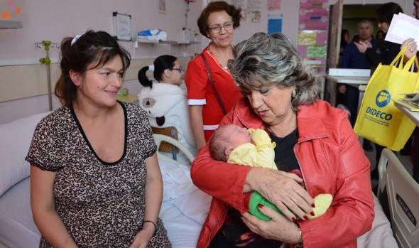 Cariñoso saludo a madres de maternidad del hospital Gustavo Fricke entregó alcaldesa Virginia Reginato