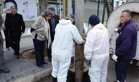 Profunda limpieza a pozos absorbentes ejecuta Municipio de Viña del Mar en Población Vergara