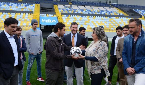 Apoyo a plantel de Everton para serie final de ascenso entregó alcaldesa Virginia Reginato