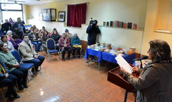 Vecinos de Forestal reciben de alcaldesa Virginia Reginato, libros que fortalecerá su biblioteca comunitaria