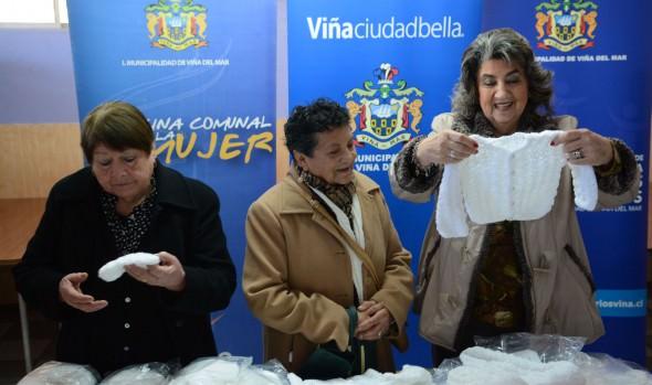 Centros de madres viñamarinos donan ajuares para bebés, los  que fueron recepcionados por alcaldesa Virginia Reginato