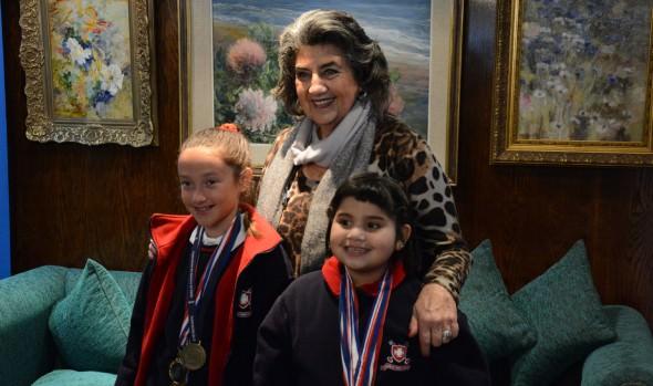 Ajedrecistas viñamarinas que participarán en panamericano de ajedrez fueron saludadas por alcaldesa Virginia Reginato