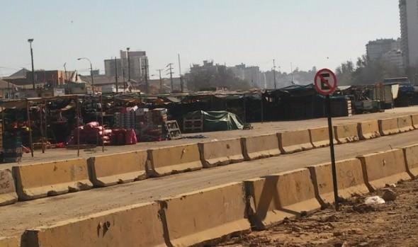Municipio de Viña del Mar instala barreras New Jersey en área de Feria de los camiones en el  estero