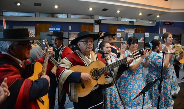 Celebraciones de Fiestas Patrias en Viña del Mar parten con tradicional esquinazo y caravana folclórica