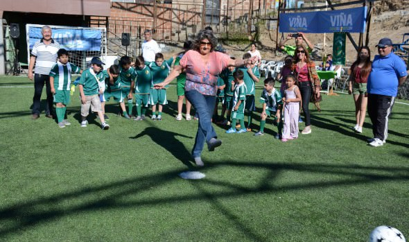 Entrega de cancha de pasto sintético de Club Deportivo Real Horizonte encabezó alcaldesa Virginia Reginato