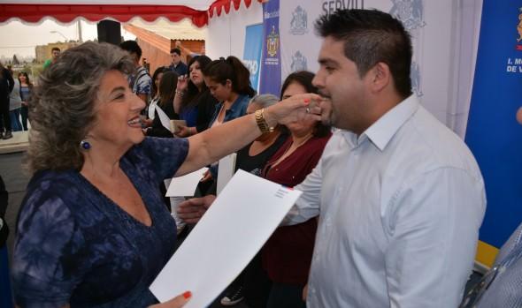 """Vecinos de Comité """"Alcanzando un Sueño"""" recibieron sus escrituras de parte de alcaldesa Virginia Reginato"""