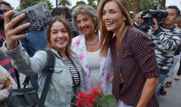 Alcaldesa Virginia Reginato y Carolina de Moras saludaron a viñamarinos y turistas en el Día del amor