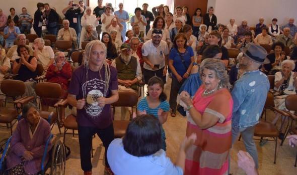 ADULTOS MAYORES DE VIÑA DEL MAR RECIBEN VISITA DE MIEMBROS DEL JURADO DEL FESTIVAL