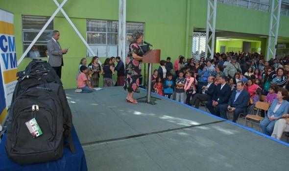 MUNICIPIO ENTREGA SET DE ÚTILES A ESTUDIANTES EN VIÑA DEL MAR