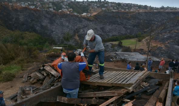 Más de 15 camionadas de escombros retiró municipio de Viña del Mar desde sectores afectados por incendio