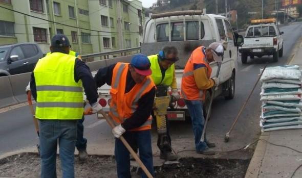 Municipio de Viña del Mar reparó levantamiento en la calzada de camino troncal en Limonares
