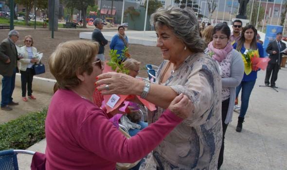 Mujeres viñamarinas fueron homenajeadas por alcaldesa Virginia Reginato durante intervención  urbana