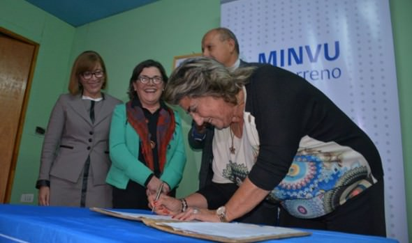 Ministras, intendente  y alcaldesa Virginia Reginato firman protocolo de urbanización para asentamiento Manuel Bustos