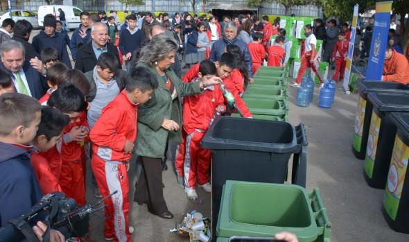Planteles municipales de Viña del Mar recibieron contenedores para fomentar el reciclaje