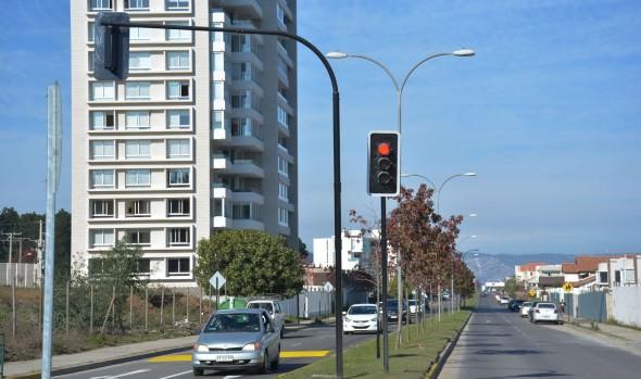 Municipio de Viña del Mar instala semáforo en cruce de Reñaca para mejorar seguridad peatonal y vehicular