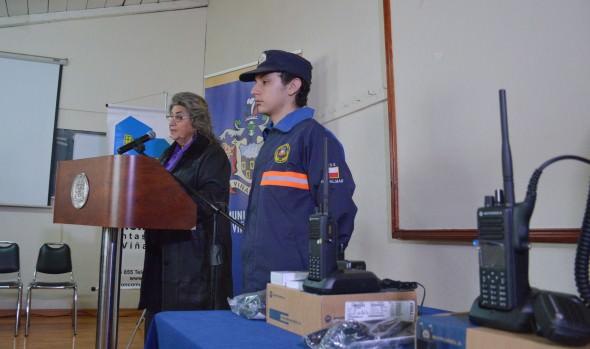 Equipos radiales de alto alcance para enfrentar emergencias entregó alcaldesa Virginia Reginato a unidades vecinales