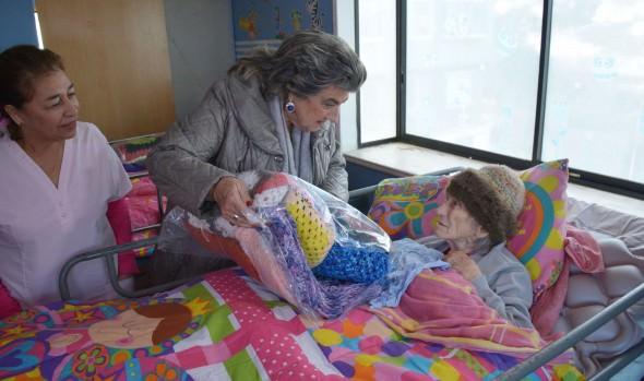 "Municipio  de Viña del Mar entrega prendas de abrigo para adultos mayores, gracias a  campaña ""Tejiendo con amor"""