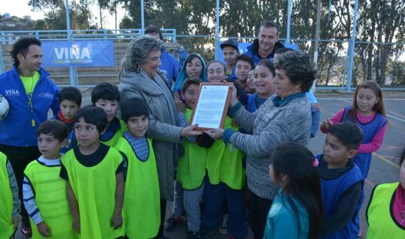 CD René Schneider recibió  comodato de manos de alcaldesa Virginia Reginato para a uso de multicancha
